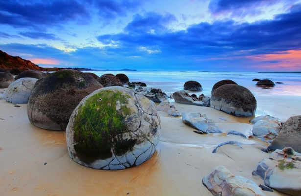 The-Moeraki-Boulders-Dragon-Eggs-In-Koekohe-Beach-New-Zealand